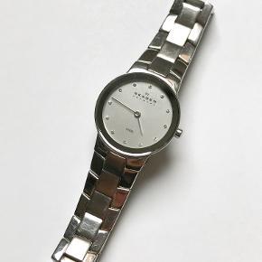 Yderst smukt og elegant Skagen ur. Produceres og sælges ikke længere, dette ur er meget specielt. Batteriet er lige blevet skiftet, og uret virker uden problemer. Det har nogle få brugsspor, men det lægger man ikke mærke til.  Prisen er til forhandling ved hurtig handel. Det kan også sagtens sendes, fragt betales af køberen.
