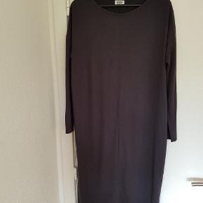 Super fin loose fit kjole med ærmer, der sidder lidt til. Der er et lille kig til ryggen bagpå.