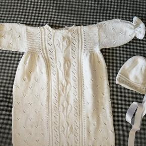 Ny Håndstrikket Dåbskjole!  Materiale: 100% Bomuld  Størrelse: 0-4 mdr. Hel længde: 110 cm Overvidde: 56 cm Ærmelængde: 17-18 cm  Pris: 1050, - (+ porto)