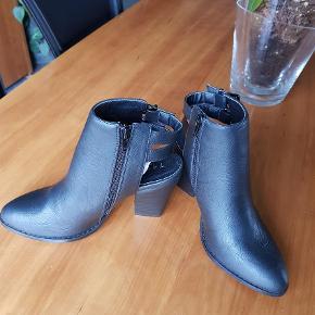 Brand: trend Varetype: Pumps Farve: Sort Oprindelig købspris: 500 kr.  Et par rigtig fine sko som aldrig er brugt. Jeg kan ikke passe dem ordentlig og derfor har jeg aldrig brugt dem.