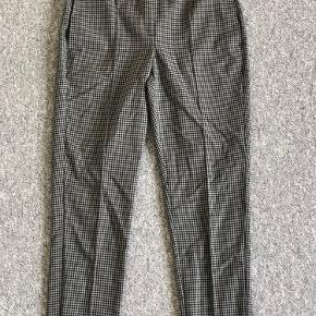 Tidsløse chinos i blødt materiale, medium waist, stor i taljen