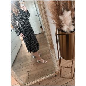 Smuk lang kjole med bindebånd i talken. Den er aldrig brugt, kun vasket. ☺️  Kjolen hedder vifunkel; google for flere billeder.   Jeg bytter ikke. Porto er angivet i info.  Den er normal i størrelsen.