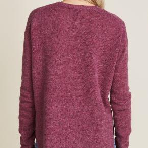 """Acne studios sweater i 100% uld sælges. Størrelse small, modellen hedder """"Deniz Wool"""". Slids i begge sider som giver den et løst look. Ingen pletter eller andre synlige tegn på brug."""