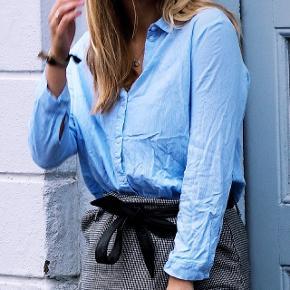 Skjorte i striber fra H&M. Næsten som ny. Passer str S. Sender gerne for købers regning :-)