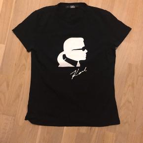 Lækker t-shirt i sort fra Karl Lagerfeld str. M Som ny