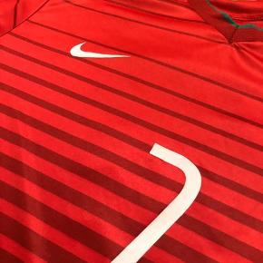Sælger denne Portugal trøje med Ronaldo tryk, da jeg netop har købt den, og det viser sig den ikke er original. Den har enkelte brugsspor (se billeder), men fremstår ellers relativt pæn.  Bemærk: Den er uoriginal og IKKE ægte. Derfor den lave pris. Den ligner dog meget godt den ægte. Kvaliteten er også fin og fitter en normal medium.  Kan afhentes i Hellerup eller sendes på købers regning