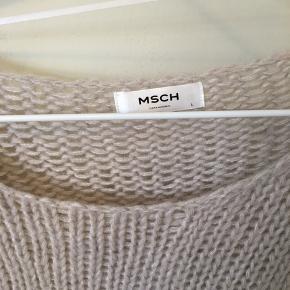 Vildt lækker mohair strik fra Moss Copenhagen!  Str large - jeg har brugt den som oversize  Brugt få gange Nypris 450 kr