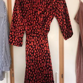 Sælger denne kjole fra pieces den er aldrig brugt og fejler derfor ingenting