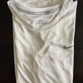 Trænings t-shirt fra Nike, brugt maks 2 gange og selvfølgelig vasket 🦋 Har mesh detaljer på ryggen og er ellers meget normal i størrelsen 💙
