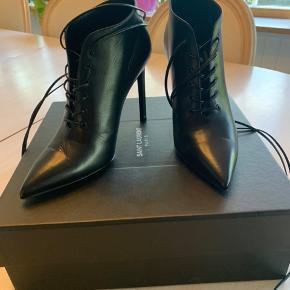 Smukke Saint Laurent hæle. Købt i New York. Nypris 8000 kr. Kun brugt en enkelt gang. Alt medfølger (kasse, dustbag, kvittering).  #Secondchancesummer