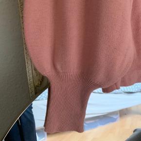 Helt ny lyserød vila oversized strik. Ikke rygerhjem! Tjek også mine andre annoncer:)