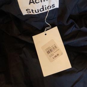 Jeg sælger denne Acne Studios jakke, da jeg desværre har fået den købt for stor - stadig med prismærke