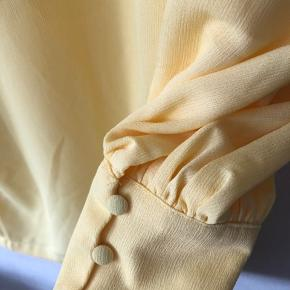 Der er også et bindebånd til kjolen ☺️