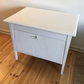 Fint møbel med låge. Låsen virker. Hvidmalet. Kan afhentes i Odense SØ 😊 Mål: 71x51x60