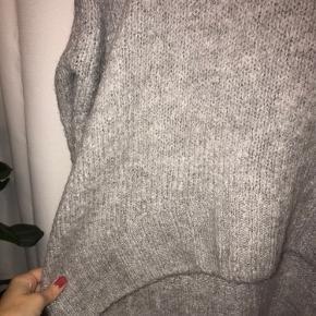 Oversize H&M strik med høj hals og lange ærmer som kan smøres op, som på billedet. Da den er oversize vil den sagtens kunne passe både xs-m