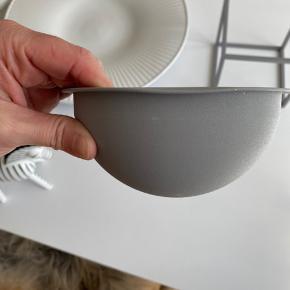 """By Lassen bowl (14 cm) cool Grey.  Har skrammer - en lille """"revne"""" på stellet og en lille bule på skålen (se billede). Intet der betyder noget for brug af skålen. Skal helst afhentes i Herning"""