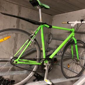 Fixiecykel.  Ny kæde og nyt og størrere tandhjul baghjul der gør det nemmere at komme rundt i Aarhus.  Skærmsæt medfølger.  Stelstørrelse vides ikke men det angives at at være omkring 56.  Jeg er 188 cm høj og kan lige passe den.  Sælges grundet at jeg har lavet en ny cykel. Læs mindre