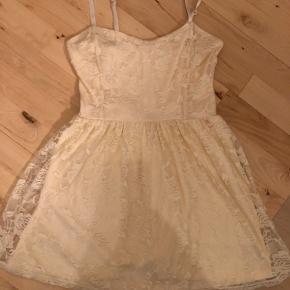 Kort kjole med blonder