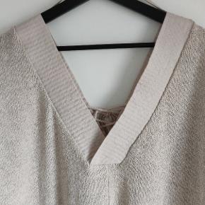 Varetype: Kjole  Farve: creme  V-udskærning på ryggen, foran er med bindebånd v-udskærning. Kjole er ca 90 cm lang.   42% Polyester  58% bomuld