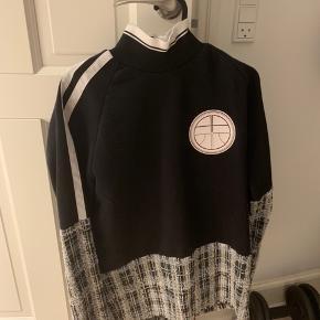 Sælger denne Astrid Andersen trøje nypris: ca. 2000kr Næsten som ny Mindstepris 400kr - BYD:)