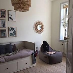 Ikea, købt for 2 år siden, sengen er i VIRKELIG god stand og ingen skrammer eller noget. Sengen kan hentes i Herning, så hurtigt som muligt.  Fakta: Sovesofa/enkelt mandsengen med 3 skuffer/2 gode og pæn i stand madrasser i hvid, 80x200 cm  Ny pris 5.000.-/ med to madrasser Sælger den for 2.500. kr med to madrasser!