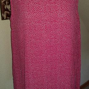 Sommer top i pink og hvid, har slidser i siden