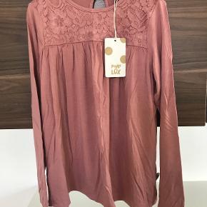 Ny bluse str. 134 Lidt mere lys end på billederne  Prisen er excl. porto Bemærk, mine priser er faste. Handler gerne mobilepay på 26810990