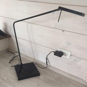 Flot velholdt Luxo lampe 8990-064-2 som ny - ingen mærker. Stor firkantet fod med drejelig fod i midten. NP 2400,- nu kun 775,-