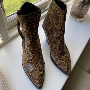 Støvler i slangeskindsprint. Brugt få gange og er i perfekt stand. Np huskes ikke præcis, men var omkring 1800kr.