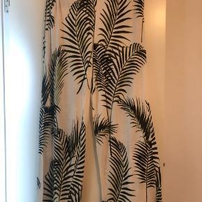 Hvide bukser med grønne blade str M. Aldrig brugt. Bud er velkomne 😊  Køb for over 150kr og få gratis fragt.🌸