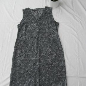 *Send mig en besked, hvis du ønsker at købe flere varer, så laver jeg én samlet handel, så du sparer porto.*  Smuk transparent kjole. Den kræver en underkjole.  Brystmål ca. 2x49 Længde fra skulderen og ned ca. 96  Jeg tager desværre ikke billeder med tøjet på.