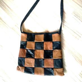 Fedeste skuldertaske/net i sort og brun ægte læder 👌  Ubrugt🌌  Selve tasken er 34×33 cm. Stroppen er sort grov kanvas og er 113 cm. Den kan derfor nemt svinges tværs over skulderen.  Se flere billeder i kommentarer 📷