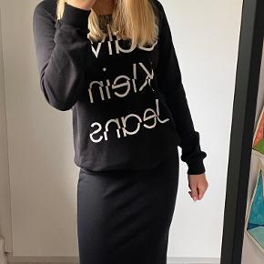 Sælger den her fantastiske Calvin Klein sweatshirt. Det er en størrelse M og så passer den bare til alt.