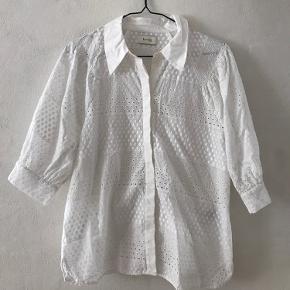 Levete Room – ISA Louise2 – 100406 Vasket og brugt en gang  Nypris 699,00 DKK Fin broderianglaise skjorte, med ¾ ærme. Skøn til et par jeans og sneakers.  Materiale: 100% bomuld