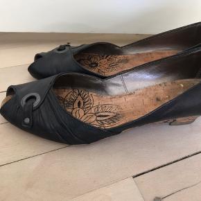 Fine sko med kig til tåen, fremstår pæne og velholdte, kun brugsspor på hælen