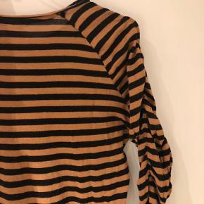 Langærmet bluse med rynkede detaljer lang armene fra H&M i str 36. Brugt få gange, så er i god stand. Er åben for bud