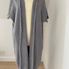 75% Merino uld 15% Silke 10% Cashmere   Kortærmet cardigan - IKKE SOLGT