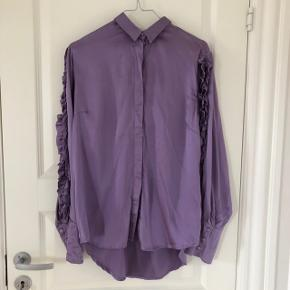 Super fed skjorte fra Gestuz i 95% silke.  Er vasket et par gange, men kun i hånden.
