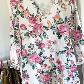 Super fin kjole 🤗 Den er brugt 1 gang, så er som ny.   Giver gerne mængderabat 🤗