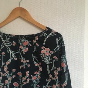 Kort bluse fra FIRST AND I. Størrelse M, men passer fint både L og S. 100% Polyester