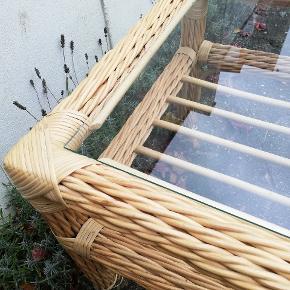 Lille bord. Længde 55  Bredde 40 Højde 50 Kan eventuelt bruges som natbord. Bambus/pileflet