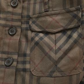 Burberry nederdel med knapper ned foran og lommer foran ...100% uld