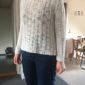 Fin og let sommersweater fra Denim Hunter i 95% bomuld. Er vasket et par gange, men bærer ikke de store tegn på slid