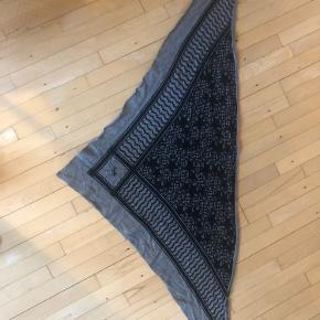 Lala Berlin tørklæde brugt 3 gange - som nyt. Sælges da jeg desværre ikke får der brugt. Ingen huller :) byd gerne