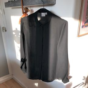 Sælger denne sorte satinskjorte fra asos.