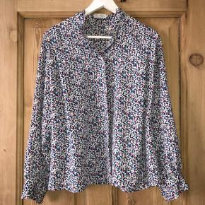 Fineste skjorte med fine detaljer. Købt i en vintage butik i Budapest.