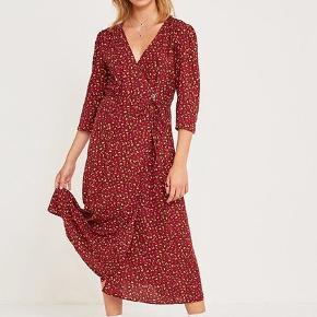 Urban Outfitters slå-om-kjole i stand som ny - kun brugt en enkelt gang.