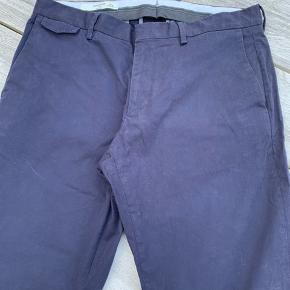 Mørkeblå klassiske chinos, lidt for små til min mand. Brugt få gange. Er lagt op, men der er rigeligt stof til at de kan lægges ned igen. Størrelsen svarer til en ca. str. 33 i jeans.