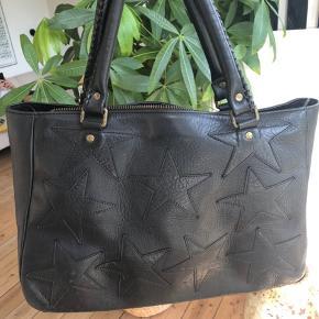 Den smukke Rika taske er til salg. Den er brugt - men holder sig fantastisk. Nypris 5500kr.