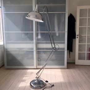 Fed gulvlampe fra Ilva, den hedder Hobby Deluxe, 180 cm. Ny pris 1299 kr.